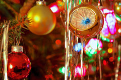 O estilo do kitsch 70s decorou a árvore de Natal Fotos de Stock