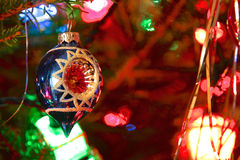 O estilo do kitsch 70s decorou a árvore de Natal Foto de Stock