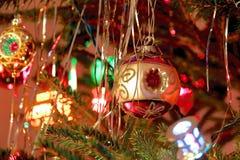 O estilo do kitsch 70s decorou a árvore de Natal Fotografia de Stock Royalty Free