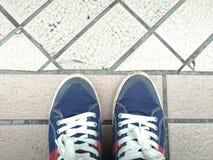 O estilo gêmeo da forma da sapata na rua Imagem de Stock
