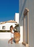 O estilo grego da mulher admira o amphora verde-oliva Imagem de Stock