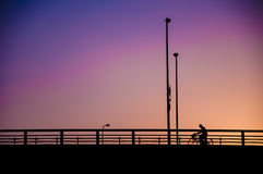 O estilo minimalista dos povos sob o filtro de cor efetua o backgro do céu Fotos de Stock Royalty Free