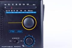 O estilo retro AM do vintage preto velho, receptor do transistor do rádio portátil de FM no fundo branco isolou-se perto acima imagens de stock royalty free