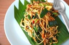 O estilo tailandês dos espaguetes fritou com o vegetal tailandês do pimentão e da erva Fotografia de Stock
