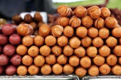 O estilo tailandês fritou varas da salsicha como um alimento popular da rua Fotos de Stock Royalty Free
