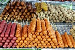 O estilo tailandês fritou varas da salsicha como um alimento popular da rua Foto de Stock Royalty Free
