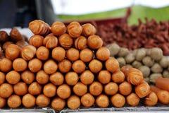 O estilo tailandês fritou varas da salsicha como um alimento popular da rua Imagens de Stock Royalty Free