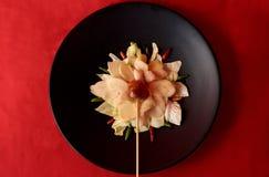 O estilo tailandês oriental grelhou a salsicha na composição da flor foto de stock