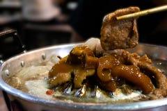 O estilo tailand?s do bufete do assado, bandeja do porco, grelha a carne de porco no bufete quente da bandeja foto de stock