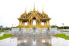 O estilo tradicional do castelo do arco dourado de Tailândia reflete no flo Fotos de Stock Royalty Free