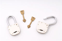 O estilo velho aberto e fechado padlocks com chave Fotos de Stock Royalty Free