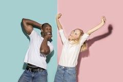 O estrabismo eyed pares com expressão estranha no estúdio azul e cor-de-rosa fotografia de stock royalty free