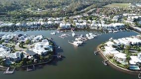 O estreito estreito da terra loteia a propriedade do canal do barco de Gold Coast e a propriedade de RiverLinks ao lado da ilha d filme