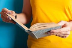 O estudante aprende o livro, mente inteligente nova Conceito lido do livro foto de stock royalty free