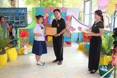 O estudante asiático está tomando o diploma educacional foto de stock