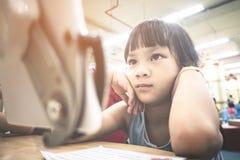 O estudante asiático está usando a tabuleta na sala de aula fotografia de stock royalty free