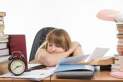 O estudante caiu adormecido na tabela pronta para o exame seguinte Fotos de Stock Royalty Free