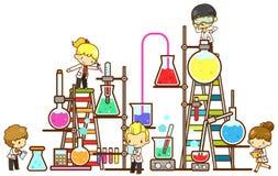 O estudante das crianças dos desenhos animados está estudando a química, trabalhando Fotografia de Stock Royalty Free