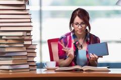 O estudante de jovem mulher que prepara-se para exames da faculdade Imagem de Stock