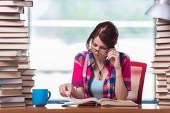 O estudante de jovem mulher que prepara-se para exames da faculdade Imagens de Stock