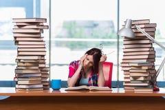 O estudante de jovem mulher que prepara-se para exames da faculdade Fotografia de Stock Royalty Free