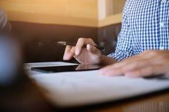 O estudante do homem redige a informação da tabuleta portátil quando prepar Imagens de Stock Royalty Free