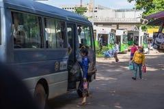 o estudante do lao vai escola pelo ônibus Foto de Stock Royalty Free