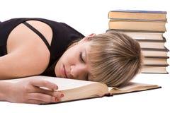 O estudante está dormindo no livro imagens de stock royalty free