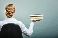 O estudante fêmea da mulher guarda o rearview dos livros Fotos de Stock