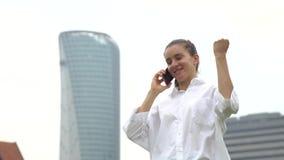 O estudante fêmea está feliz porque aceitado para o emprego, contratado no bom trabalho filme