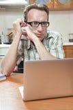 O estudante faz seus trabalhos de casa na mesa de cozinha Imagem de Stock Royalty Free