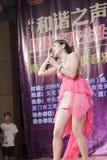 O estudante fêmea da faculdade do nangyang canta a música Fotos de Stock
