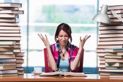 O estudante fêmea novo que prepara-se para exames Imagens de Stock