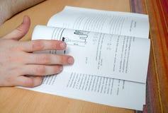 O estudante foi estudar e preparar-se para o exame Imagens de Stock