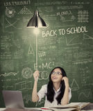 O estudante gerencie sobre uma ampola na classe Foto de Stock