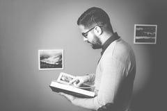 O estudante idoso das épocas está aprendendo uma lição Fotos de Stock