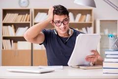 O estudante infeliz com o demasiado a estudar Fotografia de Stock Royalty Free