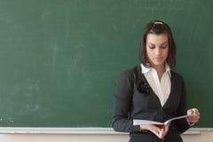 O estudante lê notas da placa Fotografia de Stock