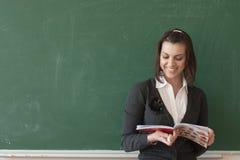 O estudante lê notas da placa Foto de Stock Royalty Free