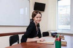 O estudante lê o livro de texto Fotos de Stock Royalty Free