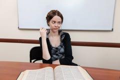 O estudante lê o livro de texto Fotos de Stock