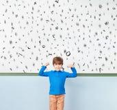 O estudante mostra letras na frente do whiteboard imagem de stock