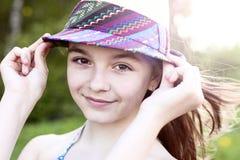 O estudante natural bonito da estudante da menina da beleza veste em um vestido, ar fresco ensolarado brilhante de dia de verão f Foto de Stock Royalty Free