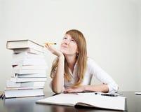 O estudante novo aprende e sonha Fotos de Stock Royalty Free