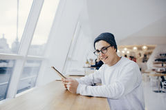 O estudante novo de sorriso tem a ruptura do tempo fotos de stock royalty free
