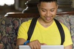 O estudante olha uma tela do portátil Imagens de Stock Royalty Free