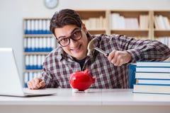 O estudante que quebra o piggybank para pagar por propinas Imagens de Stock