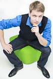 O estudante senta-se na esfera verde e no pensamento Imagem de Stock Royalty Free