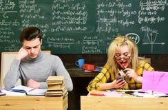 O estudante terá que ser dedicado e auto-disciplinado para alcançar seus objetivos Estudantes universitário que fazem o estudo do fotos de stock royalty free