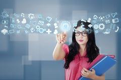 O estudante toca em ícones do Internet Fotos de Stock